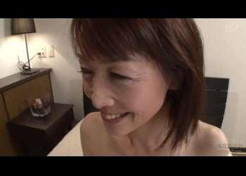 【小野さゆり】五十路のスレンダーな高齢熟女が、悶え喘ぎまくって、ベロチューしながら中出しされちゃう!