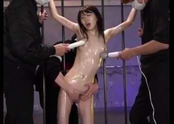 [媚薬]スレンダー美少女が全裸拘束されて複数の男たちに電マで絶頂させられる過激調教!有坂深雪