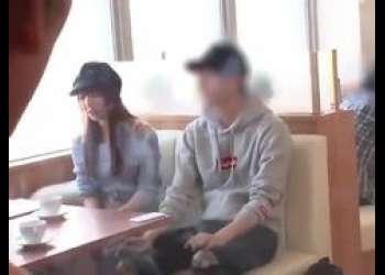 美巨乳美少女が喫茶店で打ち合わせ中に一般客の前で突然デカチンぶち込まれて唖然!三上悠亜