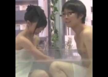 スレンダーなスタイル抜群女子大生が友人男とMM号混浴で欲情させられハメまくり感じまくり