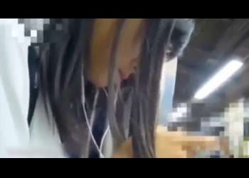 無料盗撮動画:下校途中の可愛い下着にイタズラする盗撮動画