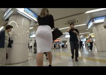 無料盗撮動画:タイトスカート越しに透けるパンティラインがエロいね