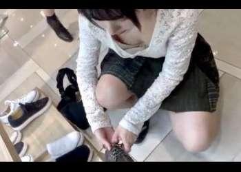 無料盗撮動画:私服JKの買い物中の胸チラでまさかの乳首盗撮できた