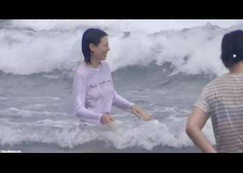 無料盗撮動画:海で遊んでいる少女たち!よく見るとノーブラやん
