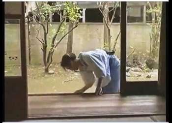 【ヘンリー塚本+風見京子+小沢とおる】縁側を掃除していたおしとやかで上品な家政婦!旦那様がやってしまいます【女中+御主人様】