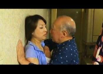 【ヘンリー塚本+五十嵐しのぶ+徳田重男】セックスの匂いがする母!未亡人のお色気のある奥さまに発情した祖父が迫って来ます【熟女+老人】