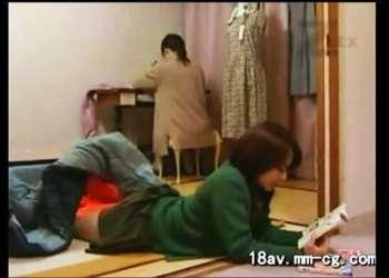 【ヘンリー塚本+大沢萌+熟女】ミシンで内職をしている熟女のお母さん!彼氏が来たので娘を外に出してセックスしてしまいます【人妻+愛人】