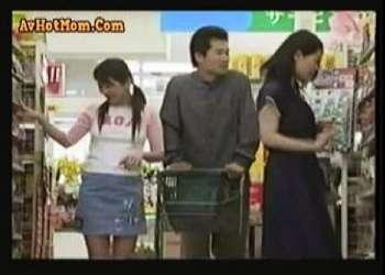 【ヘンリー塚本+熟女】裏切りのスーパーマーケット!家庭的な奥さまが公衆便所で立ちマンしてます【人妻+愛人】