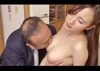 夫の左遷を回避、昇進させる為に夫の上司にひたすら突かれ甘い喘ぎをあげる熟女