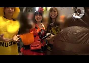 《素人ナンパ》ハロウィ-ンに浮かれるコスプレ女子を緊急確保!お酒の力で着衣のままで激ピストン!