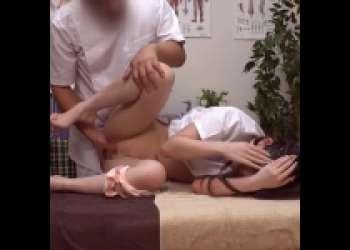 スレンダーお姉さんにマッサージを教えると言いながらマンコをクンニ・手マンで刺激する悪徳施術師