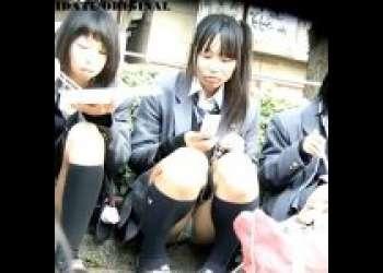 『JK盗撮』野外で座り込んでる女子校生達を集団パンチラゲット♡路上でだらしない格好で座ってパンモロ!染み付き!臭ってきそうなくらいズームアップしちゃった♡