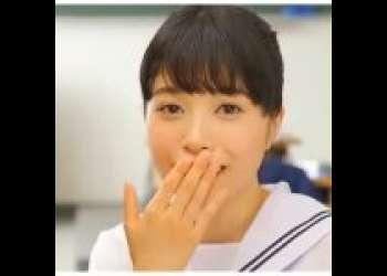 『制服フェラ』経験人数たった一人の18歳ロリな美少女が初めてのデカチンにチャレンジ♡机から飛び出るチンポをフェラチオして口内射精されちゃう♡『もりの小鳥』