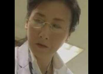 『椿美羚』泌尿器科の四十路女医が患者のチンポに身体が疼いて薄暗いポルノ映画館でチンポ狩り!『ヘンリー塚本』