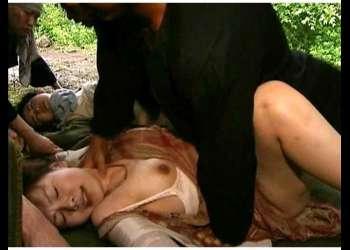 『FAプロ/ヘンリー塚本』戦時下の悲劇!ゲリラに目をつけられた何の罪もない母娘が父親を殺された上に拉致され軍人達に代わる代わる輪姦されて精液を注がれてしまう『浅井舞香』
