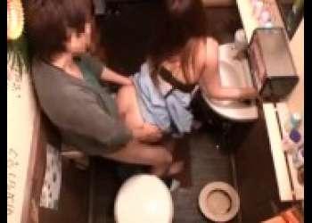 相席居酒屋のトイレでハメまくる淫乱女子大生