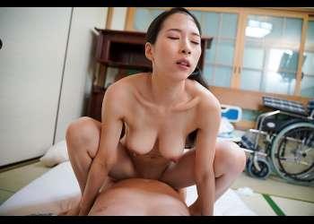 【巨乳な介護士】食事や入浴の介助など一生懸命に働く、卑猥な裸の介...