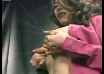 [デカ乳輪]素人美デカパイギャルママがおっぱい乳揉み搾乳して母乳ミルク大量噴射でカメラびしょ濡れにする抜ける過激着エロイメージビデオ
