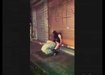 [外国人]【個人撮影@昏睡レイプ】※閲覧注意※路上で座り込む抵抗不可能な素人ギャルを素人ホームレスが犯す現場なヤバイやつッやでー