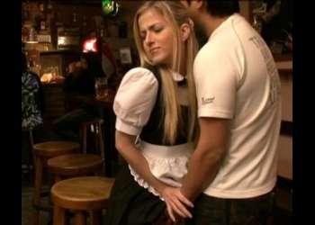 バイト先で他の客の隙をついて死角で金髪娘をレイプ襲われ続ける外国人バイト娘