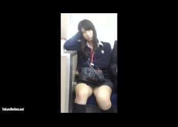 【盗撮】電車の真正面に座っていたJKのミニスカから見えるパンチラを隠し撮りしていたらバレて睨まれる!?