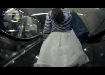 【スカートめくり】駅のエスカレーターに乗っていた素人お姉さんたちの背後からスカートめくってパンチラ鑑賞!