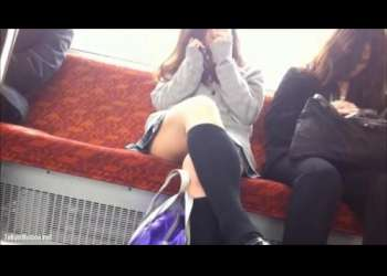 【盗撮】電車の真正面に座って通話中のギャルJKのミニスカから見えるパンチラを覗き見!