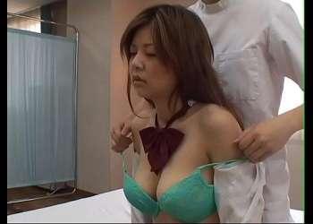 【痴漢】マッサージを受ける巨乳ギャルJKだが変態マッサージ師に執拗におっぱいを揉まれてしまう!