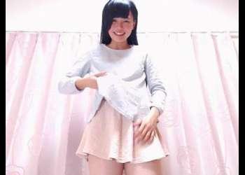 【ライブチャット】素人黒髪美少女がミニスカからパンチラしながら服を脱いで下着姿を披露!