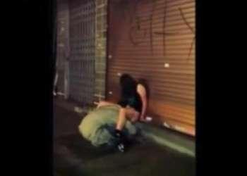 道端で酔いつぶれて寝ているギャルにホームレスがクンニ!!ヤバイやつ!100%興奮しちゃうエロ動画