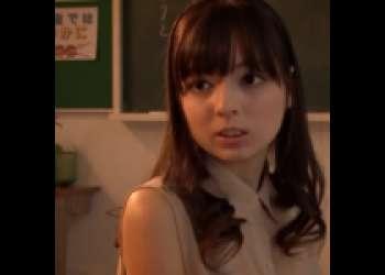 【脚フェチSEX】タイトスカートがエロい美人教師が、学校の教室で生ハメセックスに狂い喘ぐ