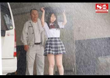 《ゲリラ豪雨》「雨でうっすら透けるキミの巨乳がボクのスイッチを入れるんだ…」濡れる制服、透ける下着、変質用務員の大好物はずぶ濡れ巨乳女子生徒