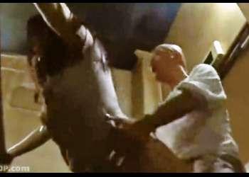 【ヘンリー塚本・映画館SEX】熟女とオジサンが闇の館内の最後尾で交尾。お客さんにはバレバレ