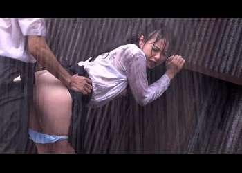 《ゲリラ豪雨》濡れ透けた女子高生の制服。劣情を抱いた男が、女子高生に襲い掛かる。