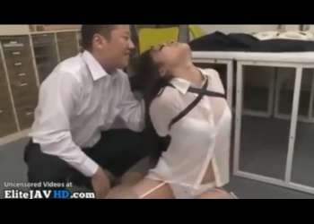 【イラマチオ】オフィスで壮絶口犯!後手に拘束されたOLの喉奥を犯す