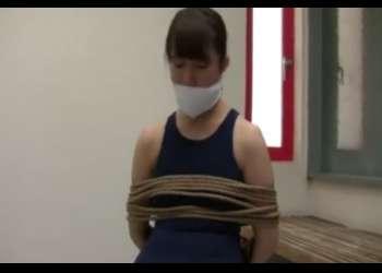 【緊縛】誘拐!スクール水着の少女をさらい縛り上げて監禁!