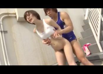 【鈴村あいり】学校の屋上で先輩に激しくハメられる陸上部の美少女