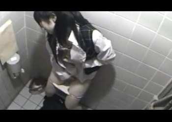 隠し撮り@仕事中にトイレでシコるお姉さん!!無我夢中で手マンで昇天する...!!