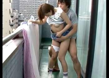 〚紗倉まな♬〕ベランダで挿れるの。。。嫌!ショトカお姉さんのシャワーも浴びてないマ◎コを即ハメしたったWWWWWWWWWWW