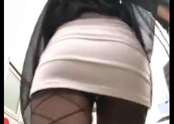 わぁぁぁ~~パンチラ寸前のタイトスカートが襲ってきたぁぁぁ~肌だ触りサイコウなパンストでイヂられようぜWWWWWWWWWWWW