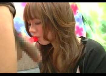 本物がセンズリしてる横でチ○ポ型の飴をフェラする20歳の美女♡ひな20才 学生〖CFNM チ○ポ飴〗