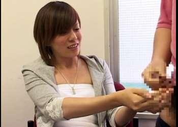 センズリ鑑賞する18歳エステティシャンの素人娘が最後にザーメンを両手で受け止め♡かおり18才〖CFNM〗