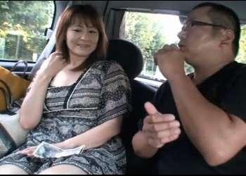人妻さんに手コキお願い!車内でかわいい熟女がブ男におっぱい舐めさせフェラ手コキでヌイて25,000円をGET♡〖CFNMフェラ 手コキ〗