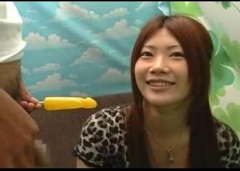 赤面手コキ かわうそっぽい可愛さの女子大生にセンズリ見ながらチ○ポ飴をフェラしてもらう♡あかね20才 学生〖CFNM 疑似フェラ〗