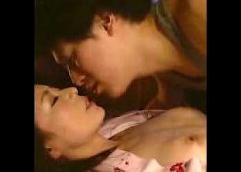【三浦恵理子】眠れる巨乳の美熟女。両親の寝室に侵入、義母に夜這いする息子!旦那の寝ている横で近親相姦!
