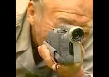 【ヘンリー塚本】一発ハメて起き上がったらジジイがカメラ抱えて盗撮してた!青姦カップルはみっともない姿で逃げる