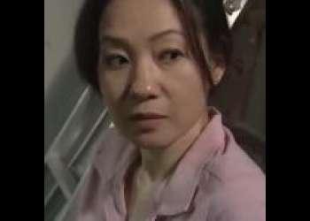 【大沢萌】息子に覗かれた不倫セックス現場!四十路の美熟女が間男のデカチンで駅弁ファック!口止め料におっぱいを差し出す。