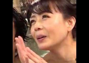 【三浦恵理子】射精後の息子の肉棒を念入りに洗う母親『公共施設だからおチンチン洗ってからね♡』息子の肉棒を舐める非常識で常識的な巨乳美熟女!