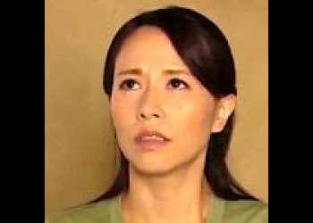 【井上綾子】欲求不満の母親に迫る息子『俺のチンポ、試してみない?』オナニーを目撃された美熟女は押し倒されて近親相姦!