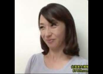 【安野由美】旦那が多忙で寂しい美熟女、息子の友人に言い寄られて熟成マンコを弄られる!